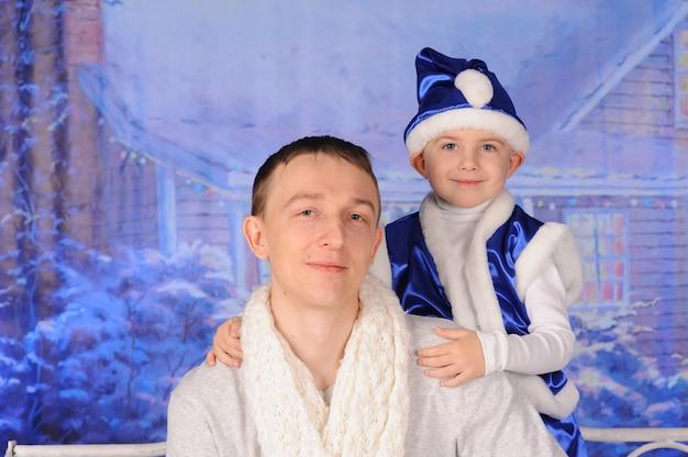 Ojciec i jego syn bawią się świętując boże narodzenie