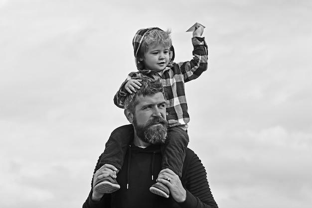 Ojciec i jego syn dziecko chłopiec bawić się na świeżym powietrzu