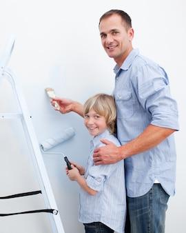 Ojciec i jego syn malują pokój