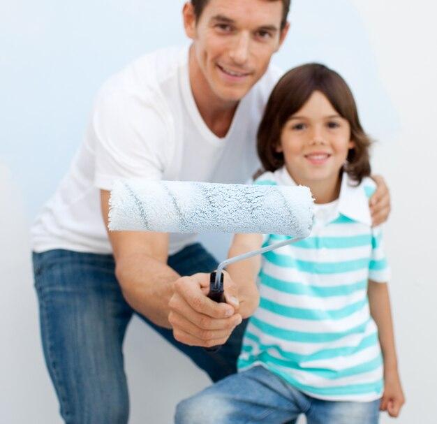 Ojciec i jego syn trzyma pędzel