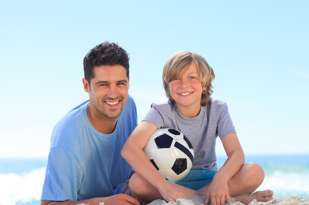 Ojciec i jego syn z piłką