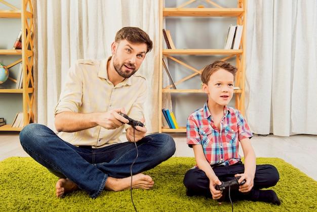 Ojciec i jego synek grają w gry wideo