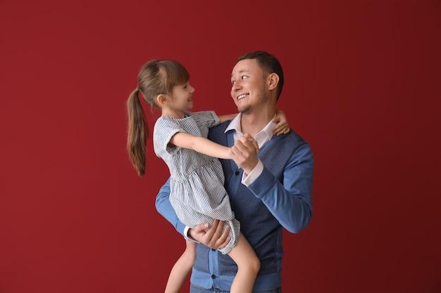 Ojciec i jego urocza córeczka tańczą na czerwono