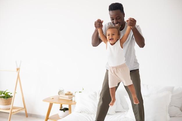 Ojciec i mała córka spędzają razem czas
