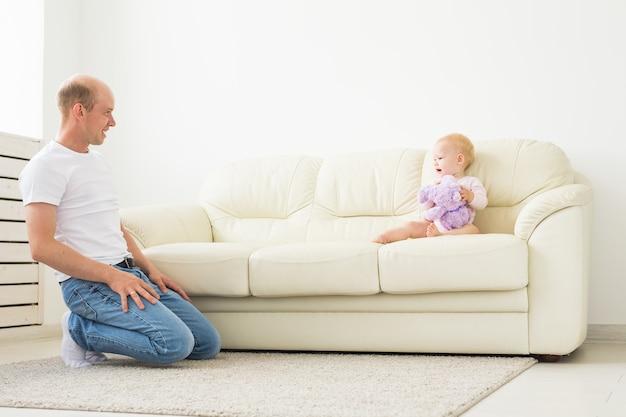 Ojciec i małe dziecko maluch w domu, grając