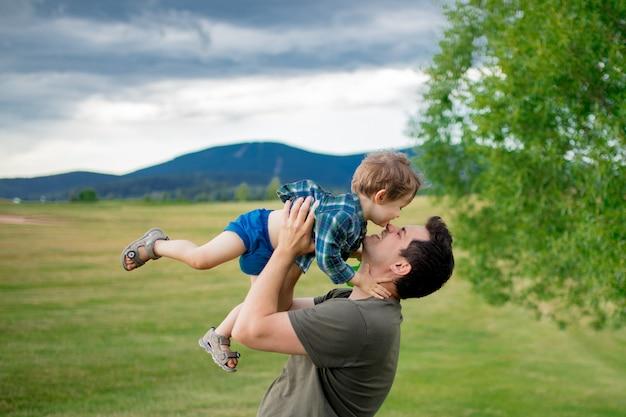 Ojciec i mały chłopiec bawią się w górach