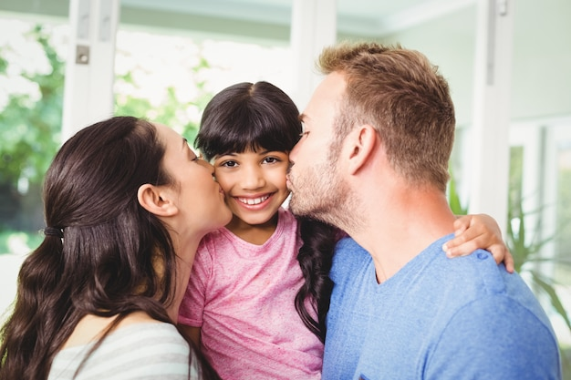 Ojciec i matka całuje córkę