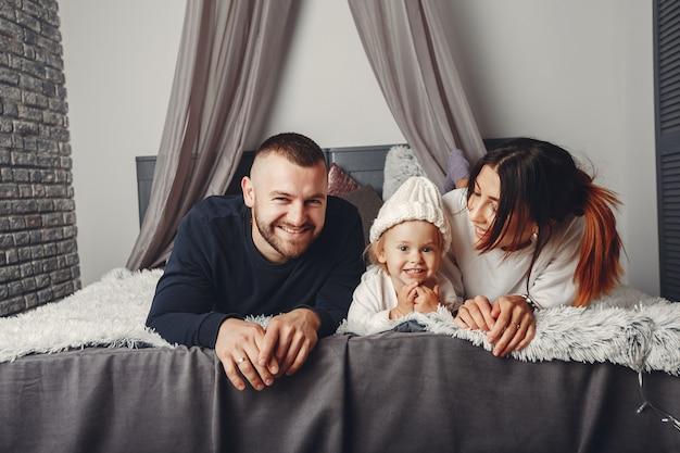 Ojciec i matka z małą córeczką