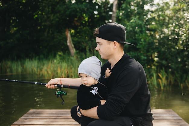 Ojciec i śliczny syn łowi w naturze