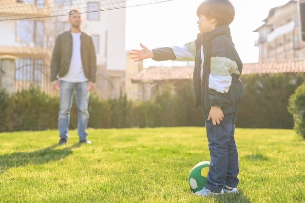Ojciec i syn bawią się na zewnątrz