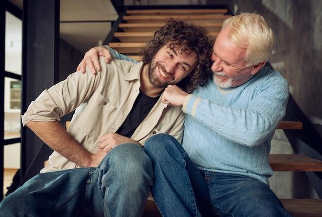 Ojciec i syn bawią się razem w domu. pojęcie relacji rodzinnej