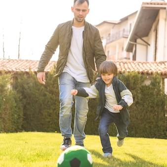 Ojciec i syn bawić się na zewnątrz