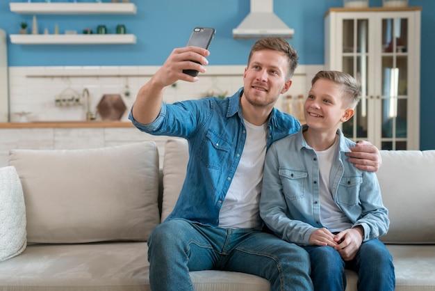 Ojciec i syn bierze selfie