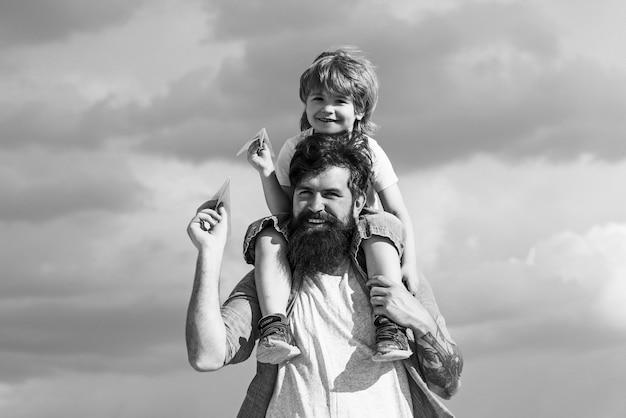 Ojciec i syn, ciesząc się na świeżym powietrzu