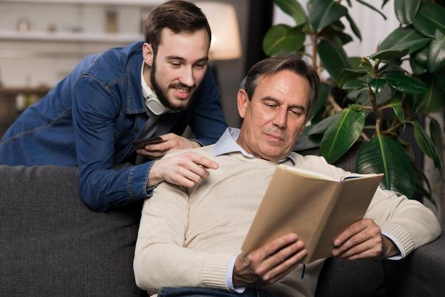 Ojciec i syn, czytanie książki