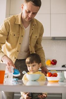 Ojciec i syn gotowy do jedzenia