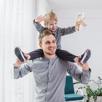 Ojciec i syn gra razem na dzień ojca