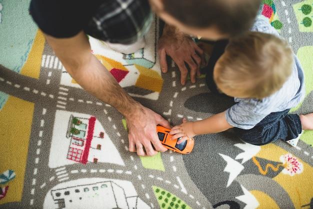 Ojciec i syn gra z samochodu zabawki