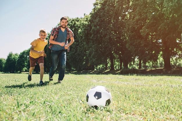 Ojciec i syn grają w piłkę nożną