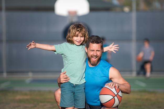 Ojciec i syn grający w koszykówkę. pojęcie zdrowego wypoczynku i aktywności rodzinnej.