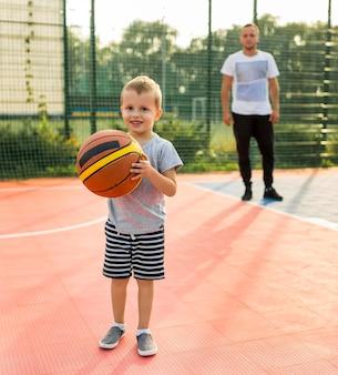 Ojciec i syn grający w koszykówkę