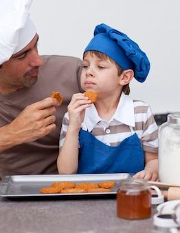 Ojciec i syn jedzenia ciasteczek