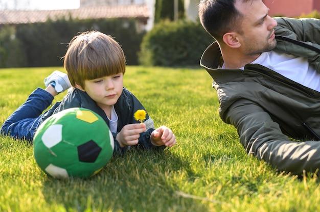 Ojciec i syn kłaść na trawie