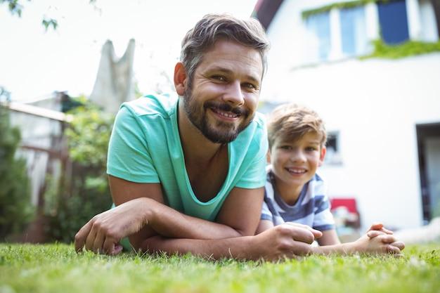 Ojciec i syn, leżąc na trawie