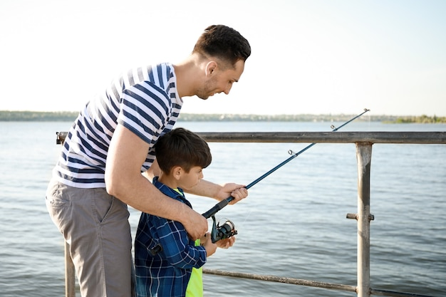 Ojciec i syn łowią razem na rzece