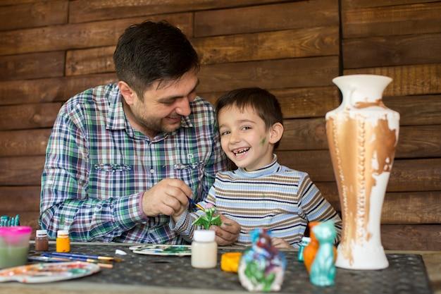 Ojciec i syn malują kolory