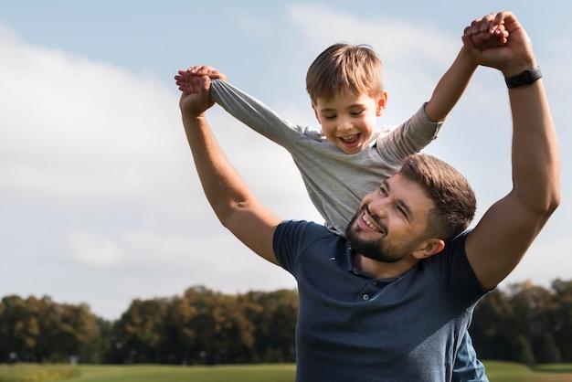Ojciec i syn miło spędzają czas w parku