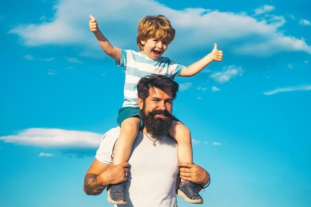 Ojciec i syn na zewnątrz