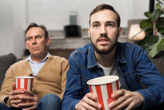 Ojciec i syn ogląda telewizję