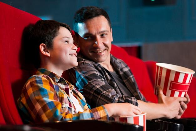 Ojciec i syn oglądają film w kinie