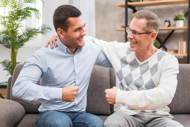 Ojciec i syn patrzą na siebie