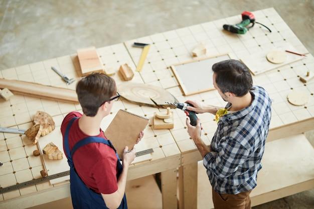 Ojciec i syn pracuje z drewnem