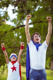 Ojciec i syn przebrani za supermana