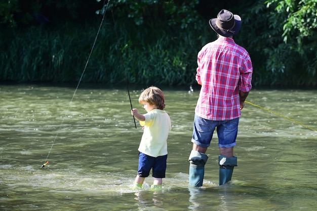Ojciec i syn razem łowią ryby
