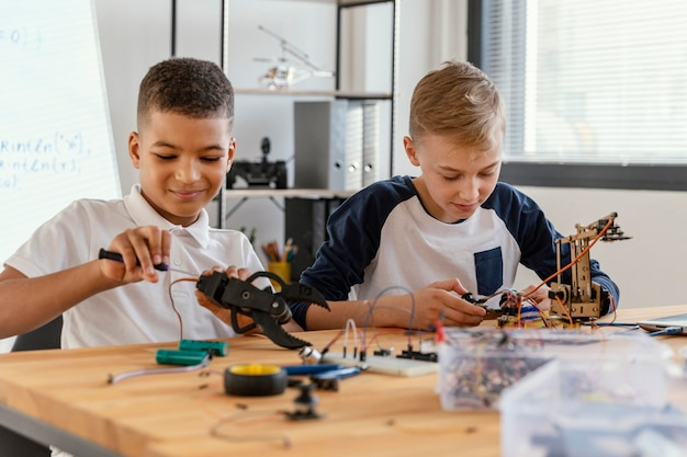 Ojciec i syn robią robota