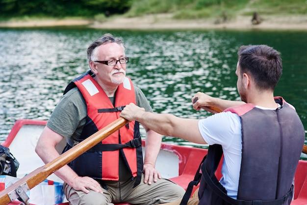 Ojciec i syn spędzają czas na łodzi wiosłowej