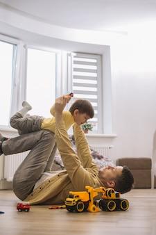 Ojciec i syn spędzają razem czas w salonie