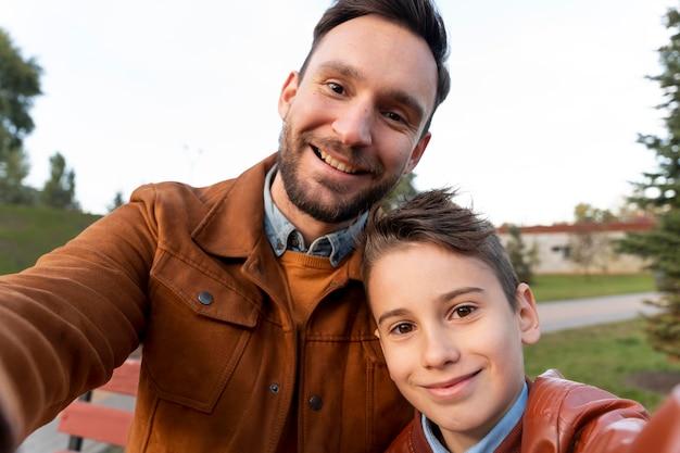 Ojciec i syn spędzają razem czas