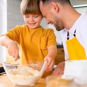 Ojciec i syn steruje w misce
