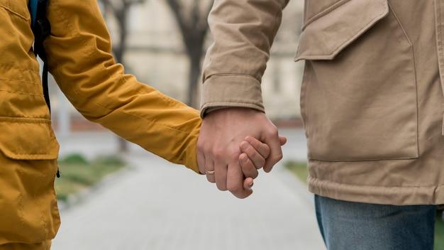 Ojciec i syn, trzymając się za ręce