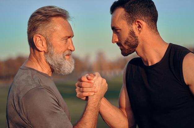 Ojciec i syn trzymający się za ręce