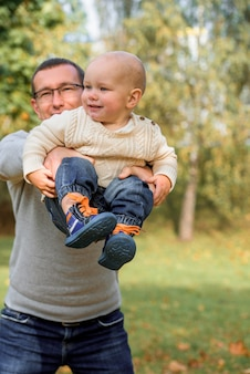 Ojciec i syn w jesiennym parku. aktywne gry.