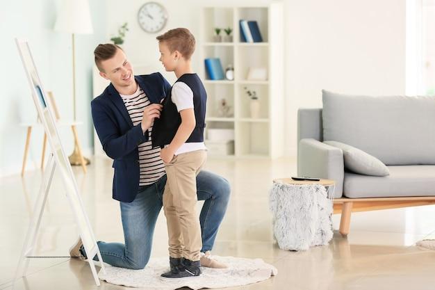 Ojciec i syn w modnych ciuchach w domu