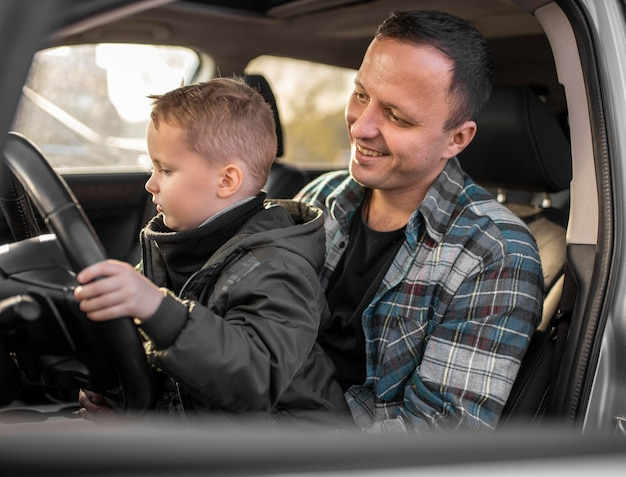 Ojciec i syn w samochodzie