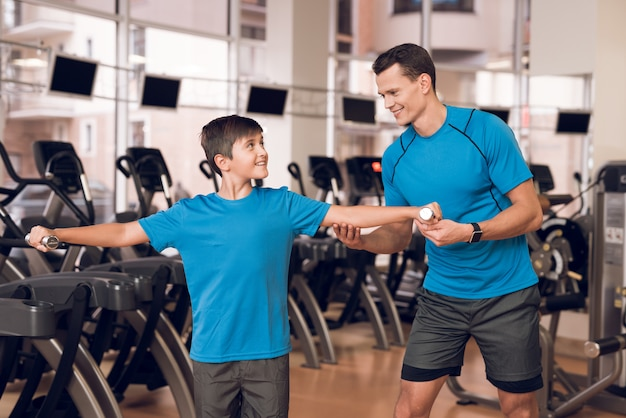 Ojciec i syn w siłowni