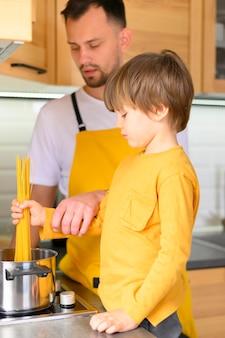 Ojciec i syn w żółtych ubraniach